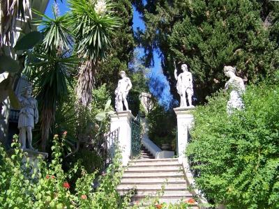 Garten auf Korfu voll griechischer Statuen
