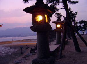 Charmante Abendbeleuchtung an einem Strandweg in Japan