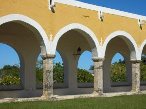Ruine eines Bogenganges aus der Kolonialzeit