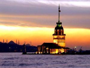 Die türkische Metropole Istanbul in der Dämmerung